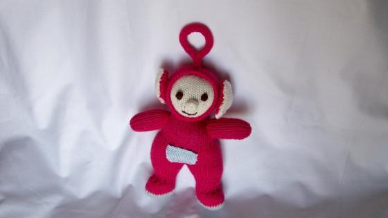 Souvenir des années 1990, po des télétubbies, petit bonhomme rouge, réalisé au tricot