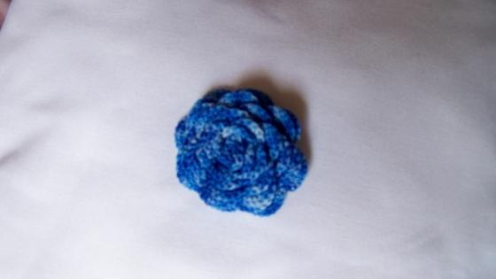 Broche fleur bleue fait main aucrochet