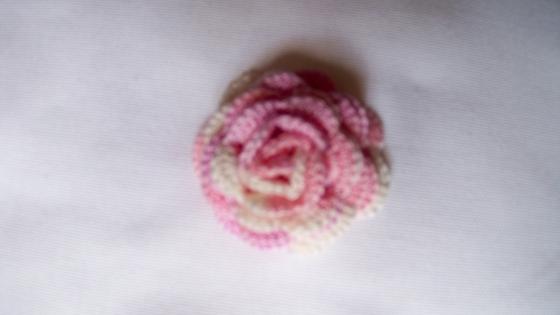 Broche fleur rose fait main aucrochet