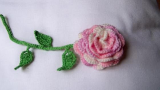 Fleur sur tige au crochet