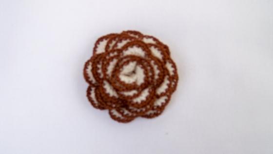 Fleur ivoire et marron montée en broche, au crochet