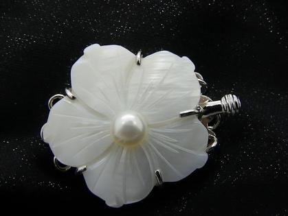 Fermoirs fleur 3 rgs en nacre véritable de 25 *31mm