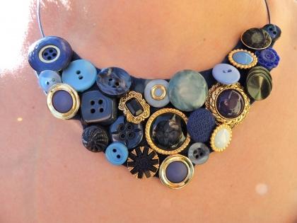 Bijou collier ras du cou  boutons bleu foncé, bleu clair, doré