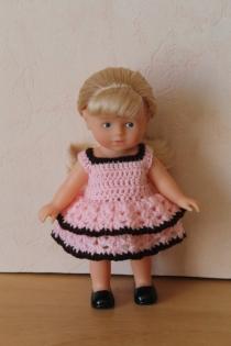 Robe à volant rose en crochet pour poupée mini corolline