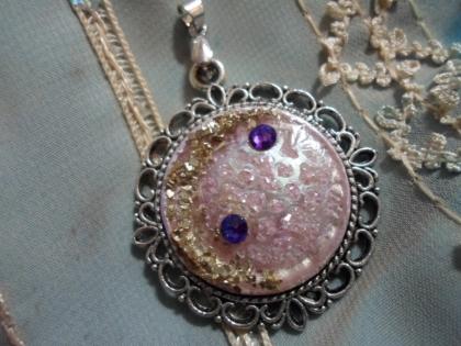 Médaillon rose, lune doré et astres violets