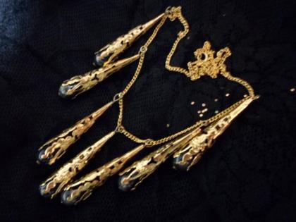 Parure 2 pièces : collier et boucles d'oreilles noirs et dorés