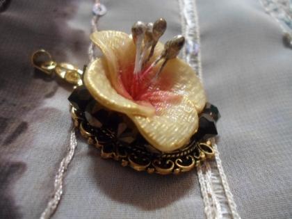 Parure 2 pièces : pendentif et peigne à cheveux hibiscus