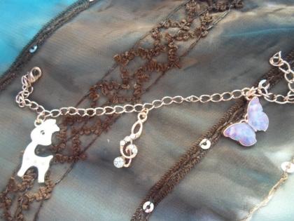 Bracelet or rose et ses trois breloques