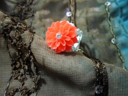 Bague filigranée et sa fleur en résine rouge