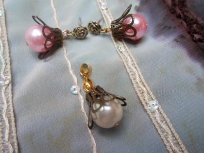 Parure 2 pièces : pendentif et boucles d'oreilles nacrés et leurs coupelles en bronze
