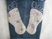 Porte-gobelet en jean bleu recyclé décoré d'une empreinte de pieds mauves en tissu coton fleuri (liberty)