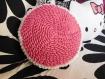 Coussin fleur au crochet rose et blanc