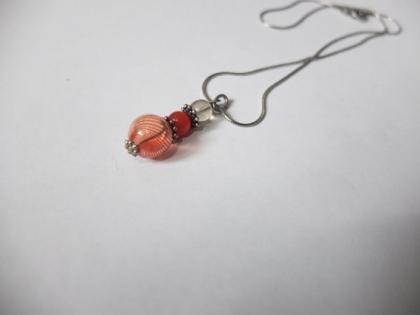 Collier mi-long argenté perles orange et perle en verre orange