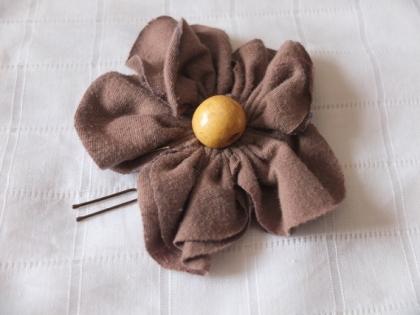 Fleur tissu marron clair 10cm avec épingle à chignon et perle en bois clair