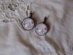 Boucles d'oreilles dormeuses en metal couleur bronze bords ciseles  image sous dome en verre bombe 20 mm collection fleurs vintage