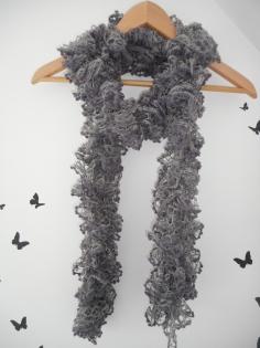 écharpe tricottée en laine fantaisie pompons prune