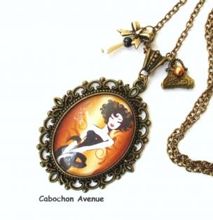 B3.464 bijou femme parisienne collier pendentif filigrane bijou fantaisie bronze cabochon verre femme élégante fashion victim mode haute couture (série 1)