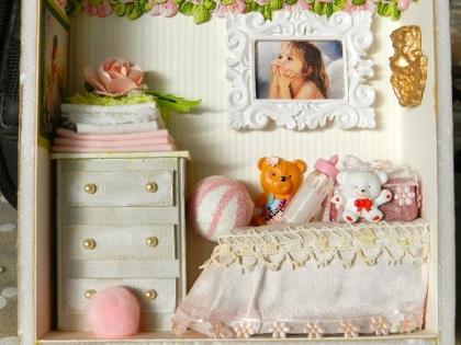 "Vitrine miniature : ""chambre bébé rose"""