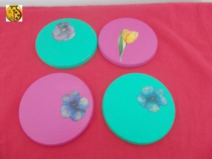 Dessous de verre rond en bois peint fleuri