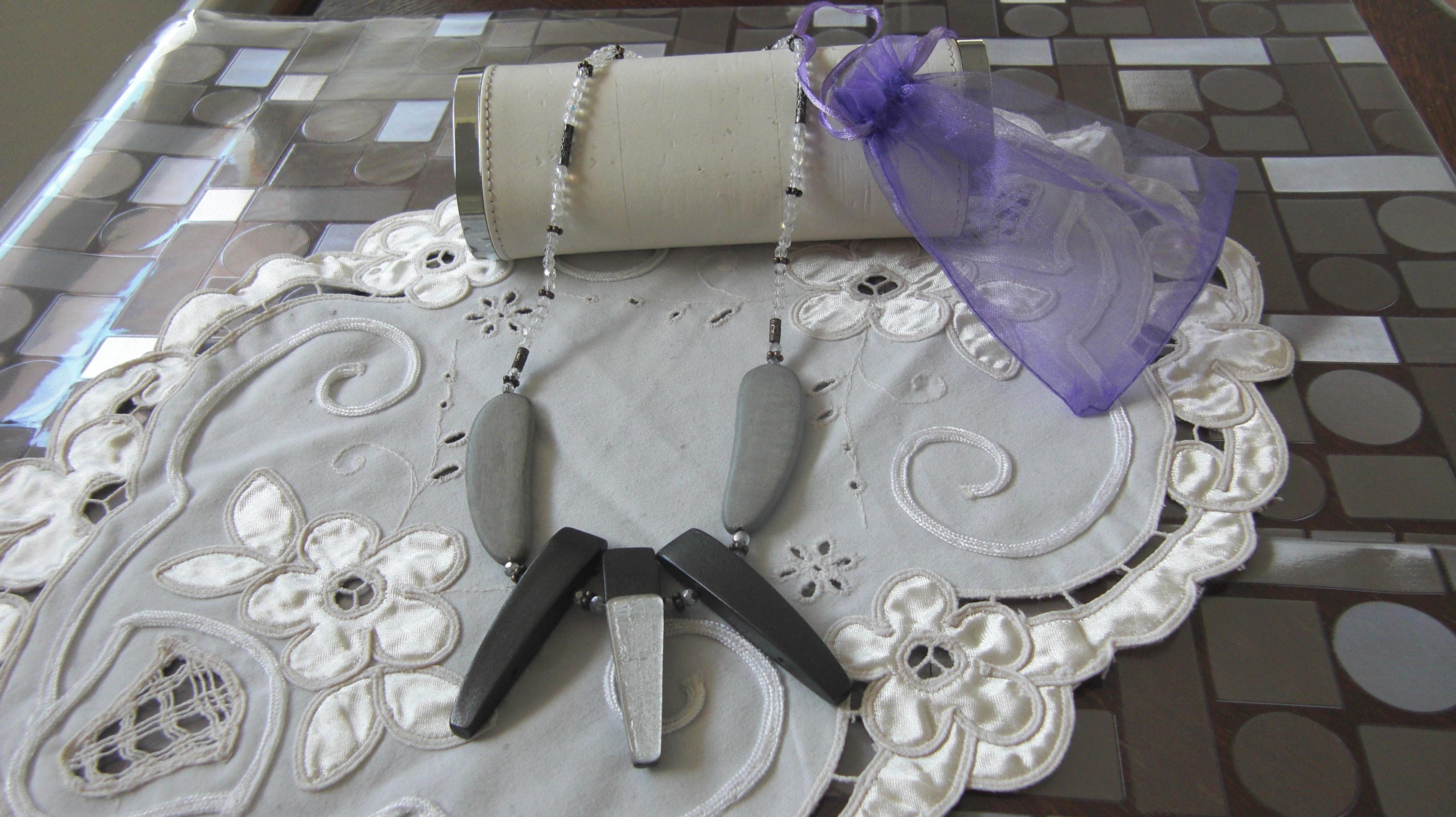 Collier en perles de verre et bois : accessoires-femme par boutique-de-caro-fait-maison