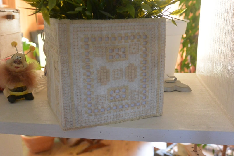 grille et tuto pour fabriquer ce vide poche ou cache pot cours de broderie par beahardangeretcie. Black Bedroom Furniture Sets. Home Design Ideas