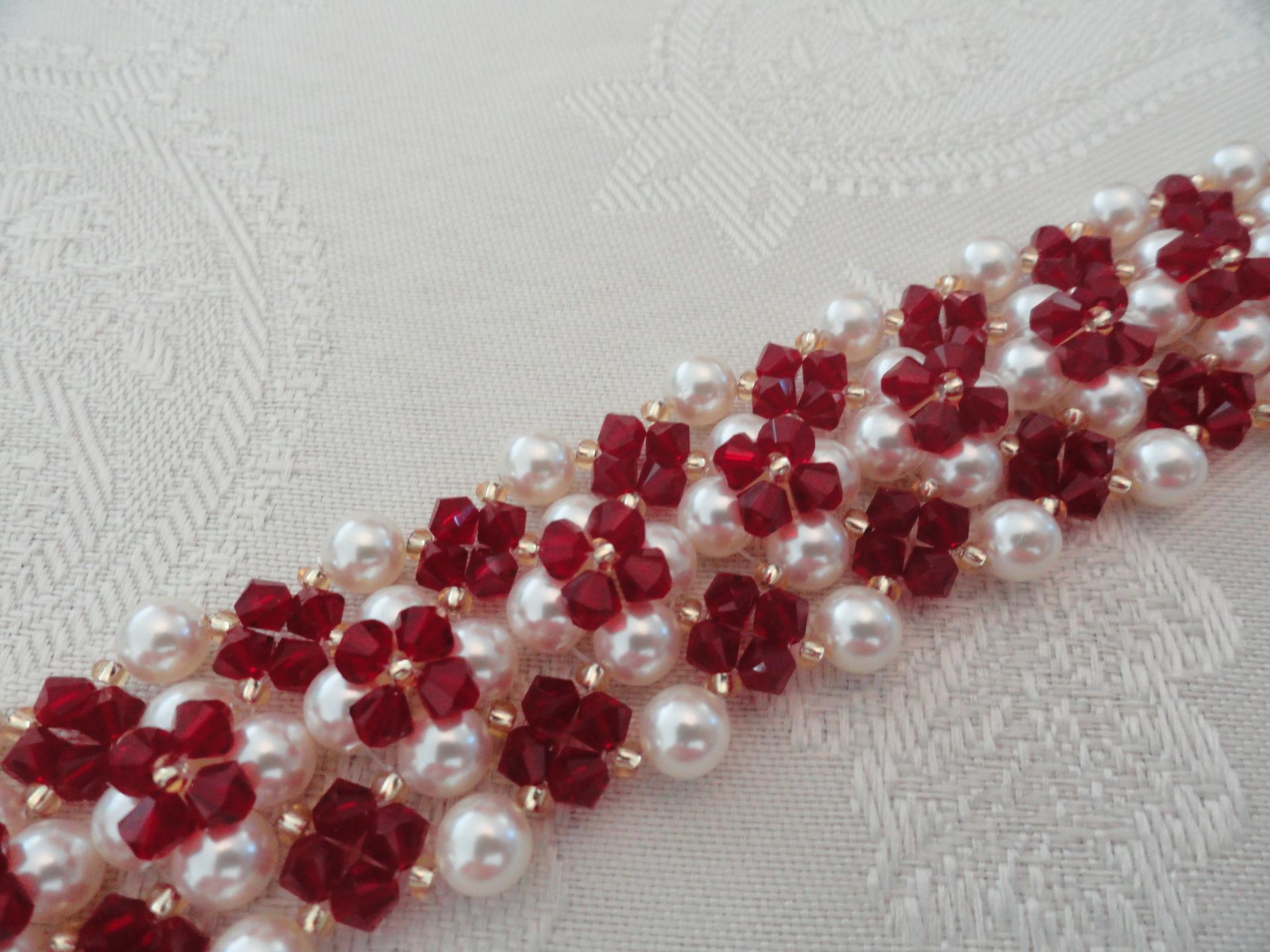 bracelet manchette rouge bordeaux et blanc nacr en perles de cristal et perles de nacre. Black Bedroom Furniture Sets. Home Design Ideas