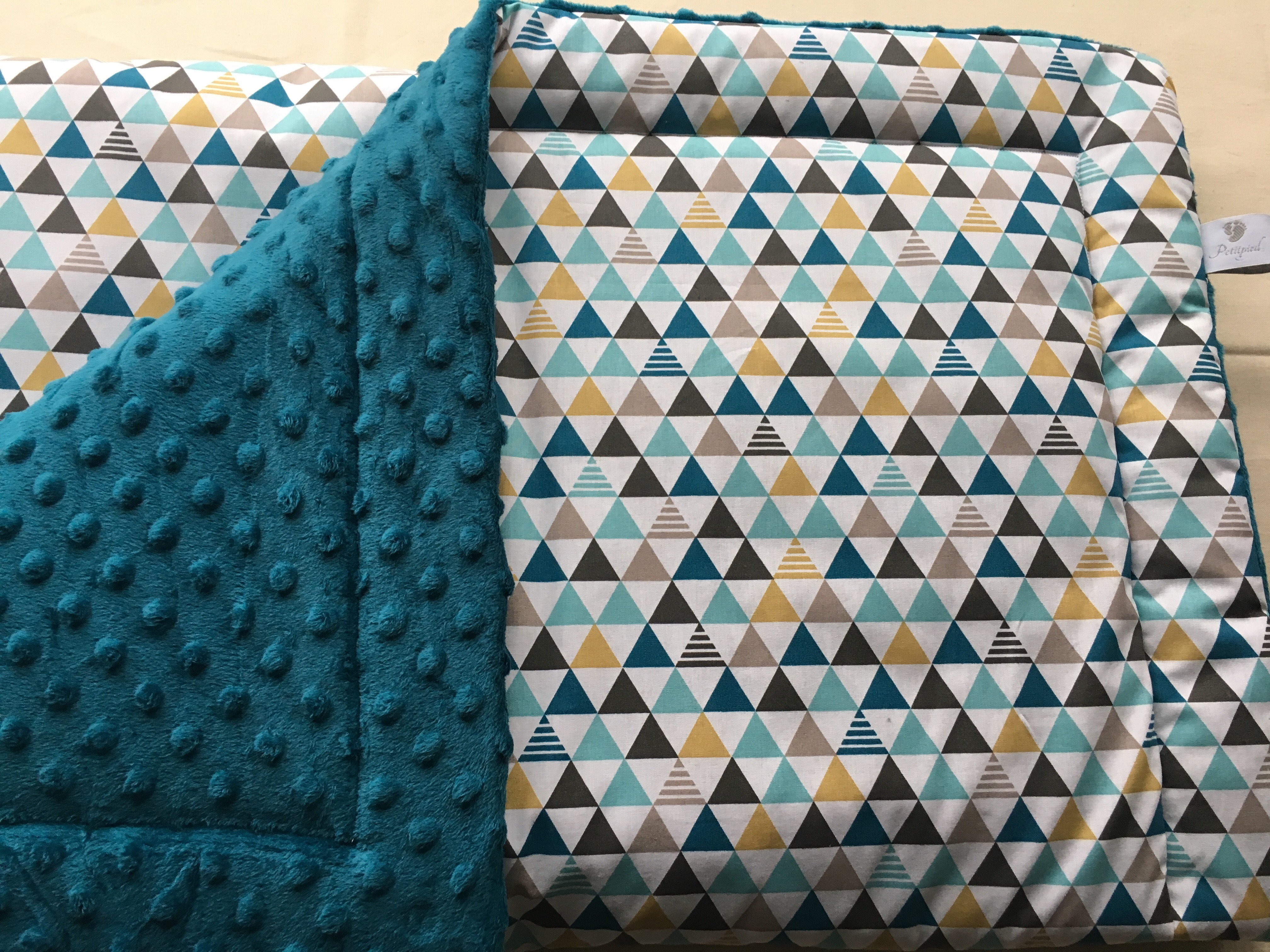 couverture plaid motif graphic moutarde et bleu canard accessoires bebe par petitpied. Black Bedroom Furniture Sets. Home Design Ideas