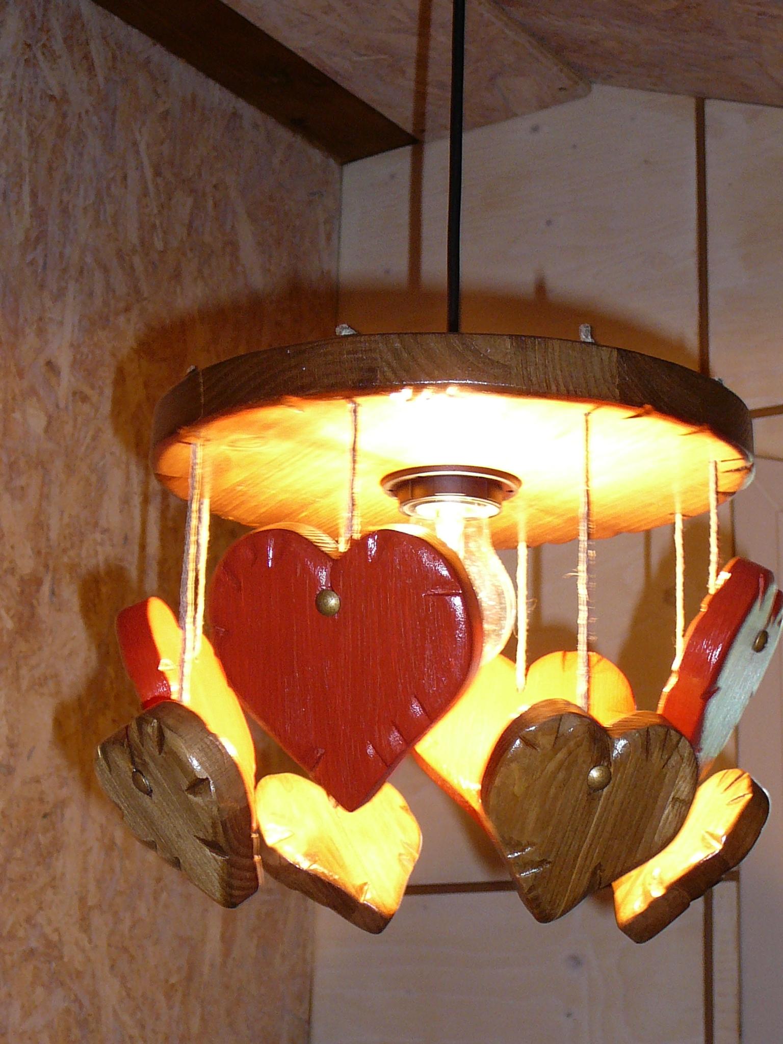 lustre coeur bois rouge d co romantique chalet montagne campagne luminaires par ambbois. Black Bedroom Furniture Sets. Home Design Ideas