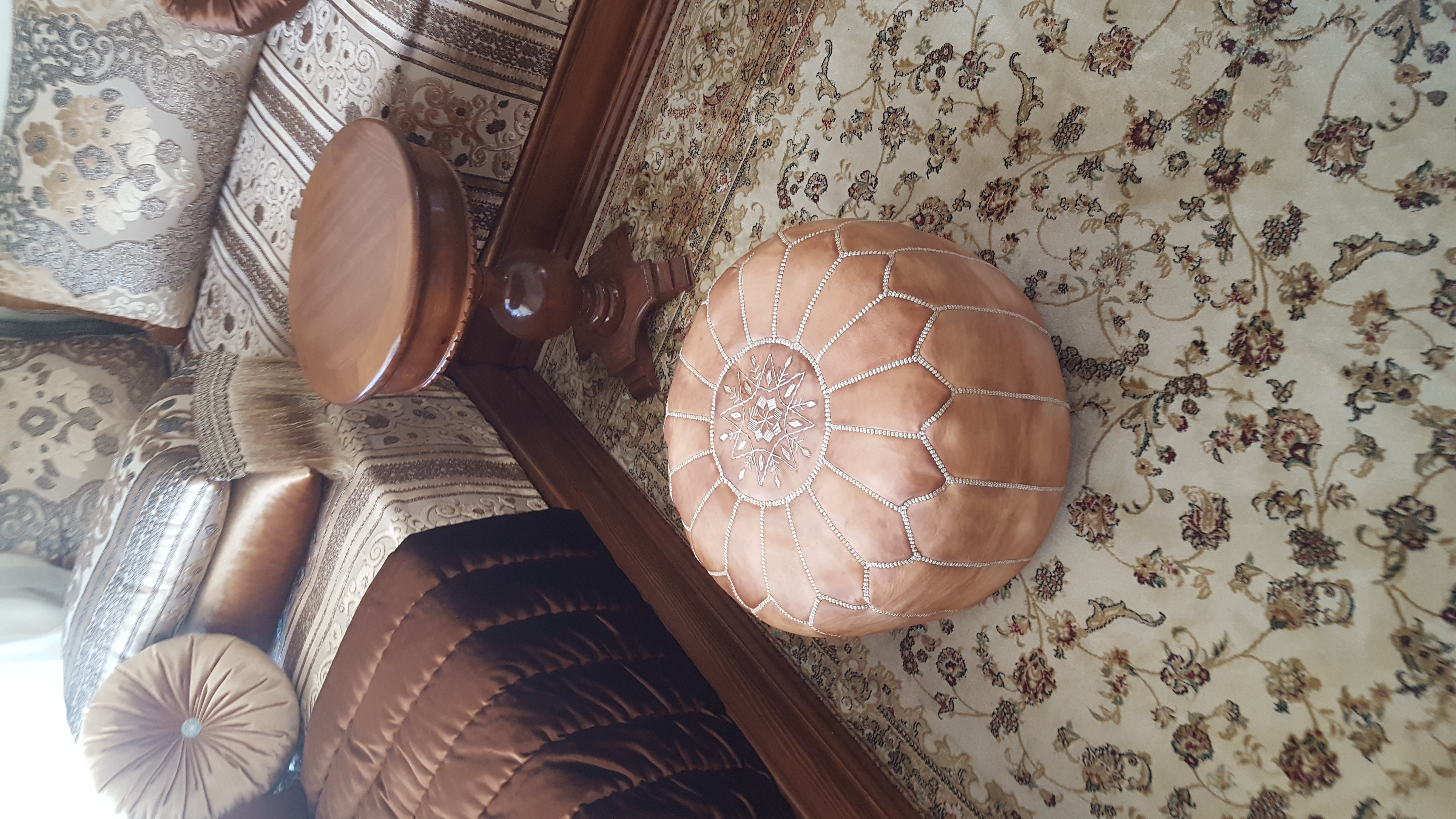 marocain fabriqu s la main pouf en cuir cuir ottoman pouf marron clair meubles par. Black Bedroom Furniture Sets. Home Design Ideas