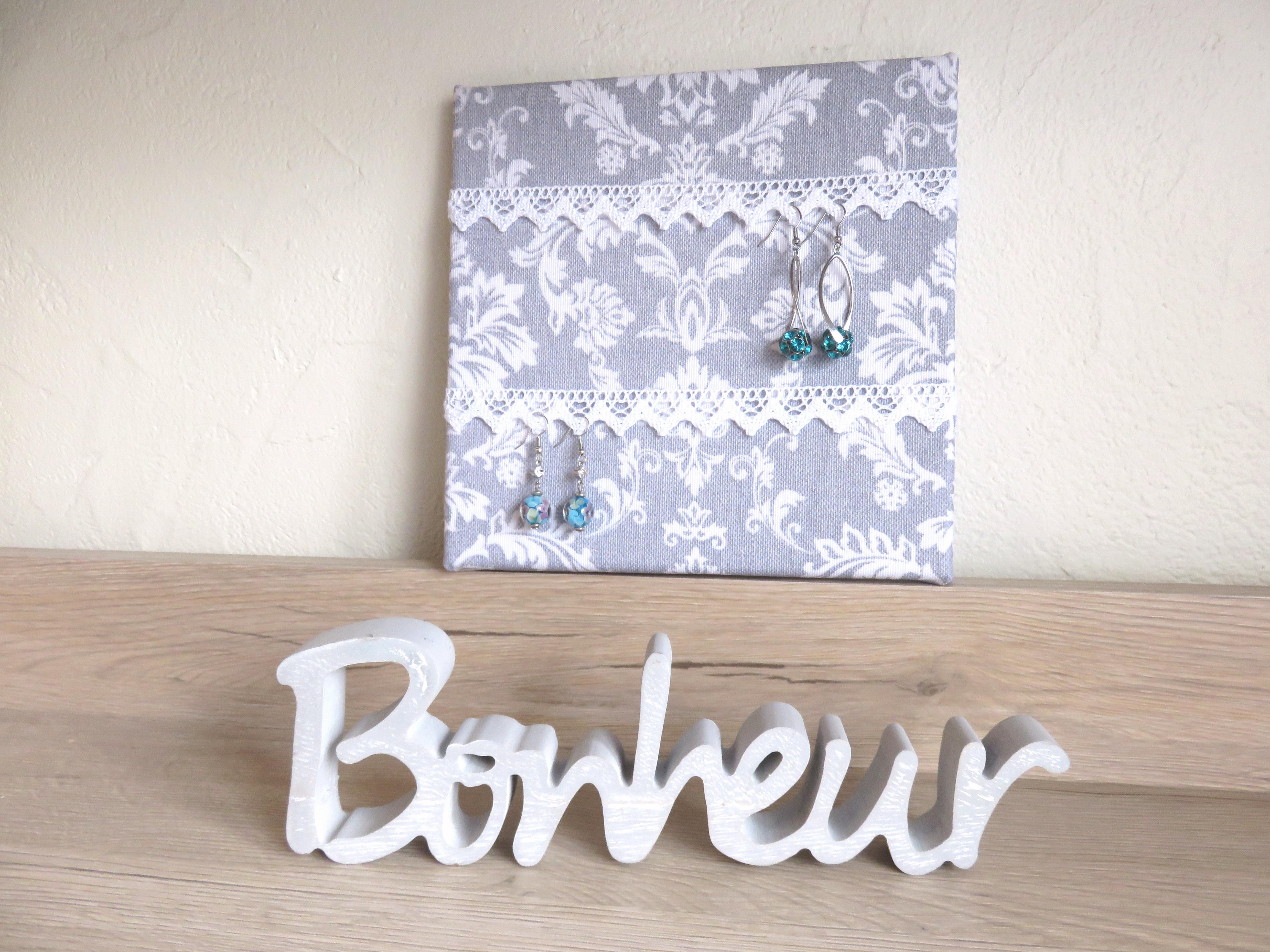 cadre porte bijoux tissu baroque gris dentelle blanche maison et deco suspensions murales. Black Bedroom Furniture Sets. Home Design Ideas