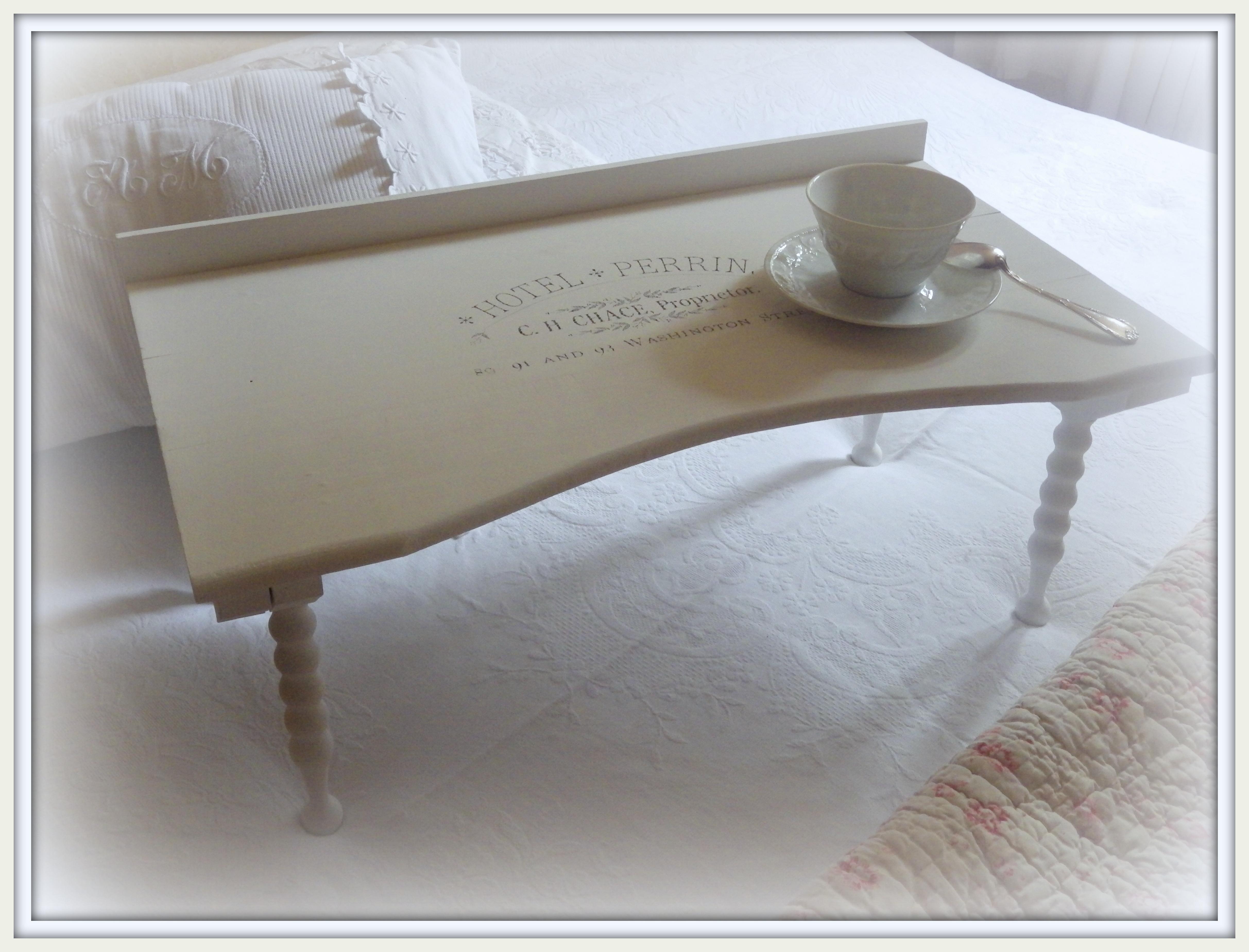 plateau petit d jeuner au lit par la grange aux chiffons. Black Bedroom Furniture Sets. Home Design Ideas