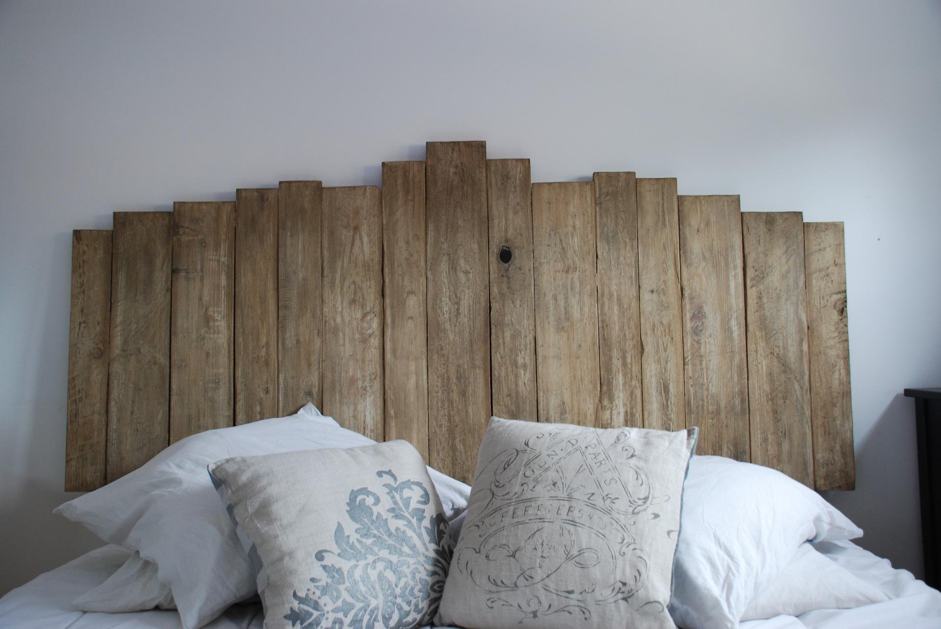 Tête de lit faite avec du bois de palettes : meubles par atelierquatrecoeurs