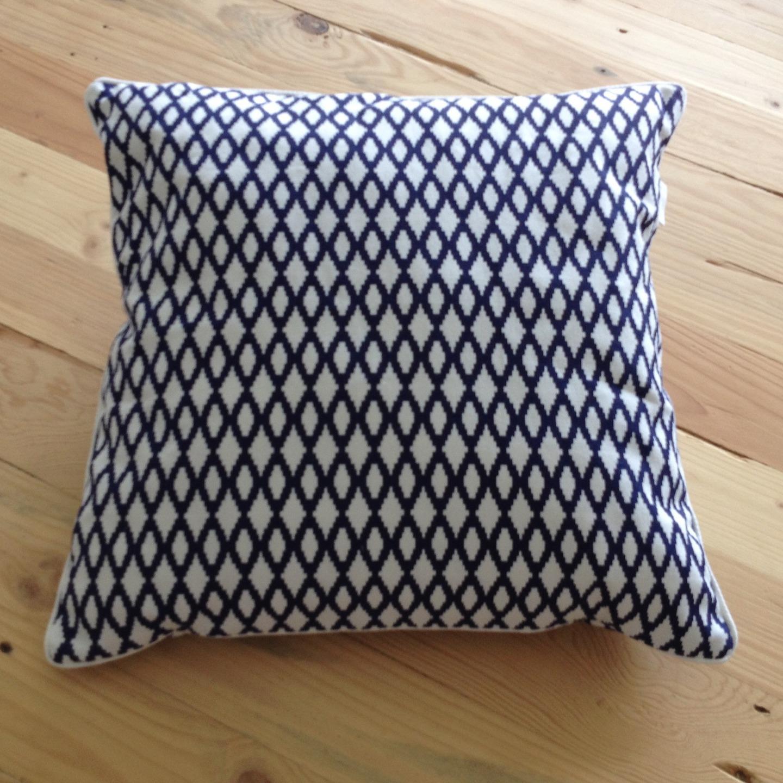 coussin carr motifs g om trique bleu marine esprit scandinave maison et deco accessoires. Black Bedroom Furniture Sets. Home Design Ideas