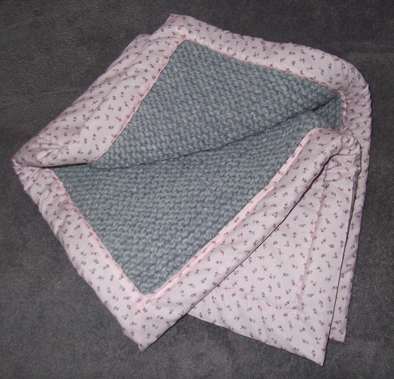 couverture lit bébé au tricot Couverture pour bébé tricot doublé tissus : accessoires bebe par  couverture lit bébé au tricot